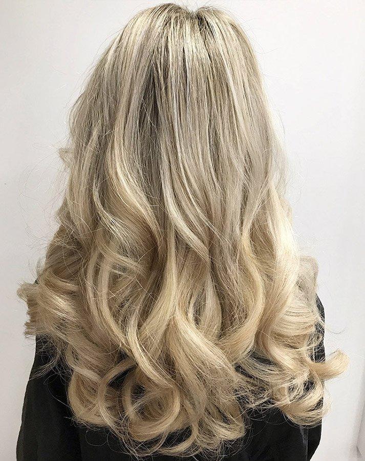 golden blonde wavy hairstyle