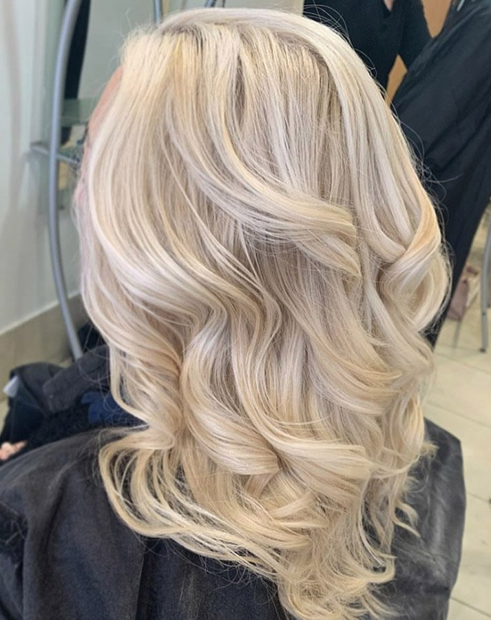 pearl blonde layered hairstyle